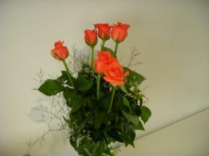 Un ramo de 6 rosas anaranjadas